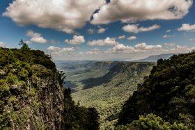 """H2O als Wolkenformation beim Blick ins """"God's Window"""" in Südafrika"""