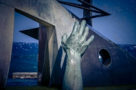 Hand-Denkmal für ertrunene Flüchtlinge